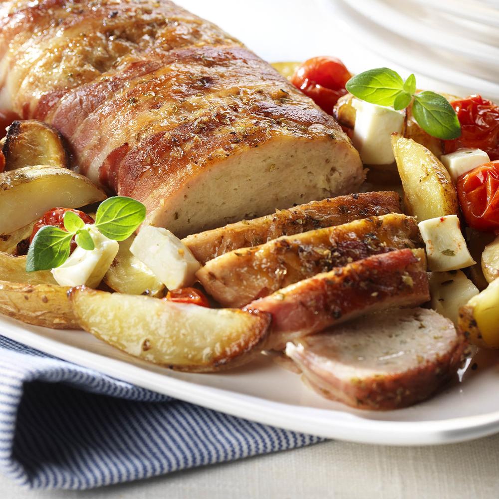 Baconlindad grekisk köttfärslimpa med klyftpotatis och fetaost