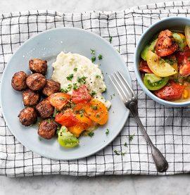Kycklingköttbullar med blomkålspuré och recept på en god tomatsallad