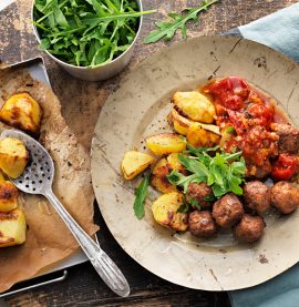 Köttbullar, tomatsås och potatis. Underbar receptbild.