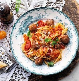 Recept på köttbullar med spaghetti och tomatsås