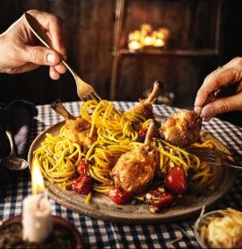 Kycklingben i ugn med lyxig färsk pasta, körsbärstomater, pinjenötter och basilika.